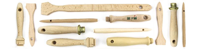 Pinsel-Bestandteil Stiel: Verschiedene Pinselstiele aus rohem Holz in unterschiedlichen Formen und Größen