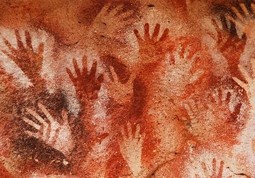 Höhlenmalereien vor über 10.000 Jahren mit den ersten Pinseln der Geschichte