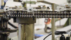 Automatische Pinsel-Produktion: Fertigung der Pinselköpfe in der Produktionsstraße
