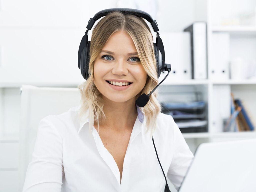 Freundliche Servicemitarbeiterin mit Headset