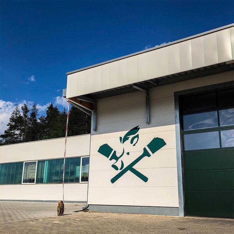 Fassade der Friedrich Eberlein GmbH Lagerhalle mit dem eberSHOP-Logo